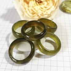 Nhẫn xanh rêu đậm trong vắt cho ngón tay trắng nõn