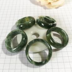 Nhẫn bản nhỏ màu xanh lá trong cho mệnh Hỏa và Mộc
