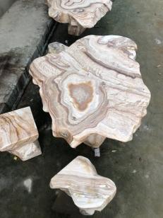 Bàn ghế đá canxite vân gỗ màu vàng nâu